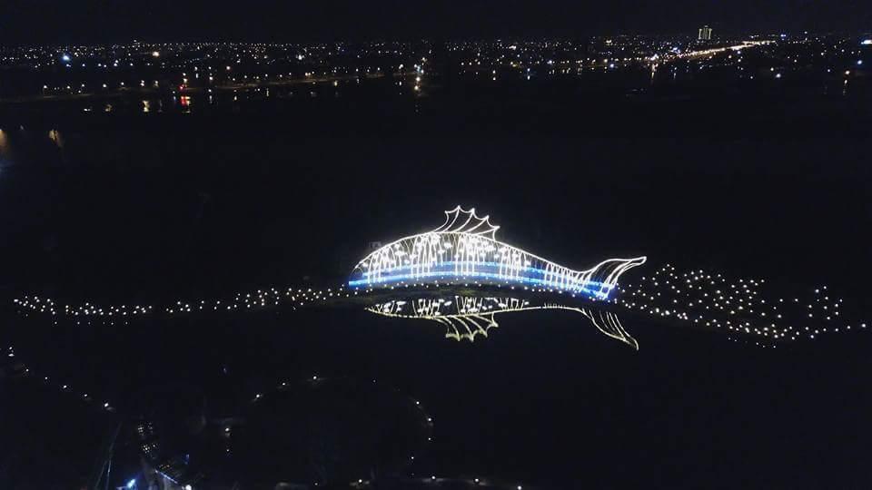 傳藝宜蘭園區打造讓人驚豔的年節大型地景,「光雕魚」閃耀放光,成了蘭陽平原最亮眼的...
