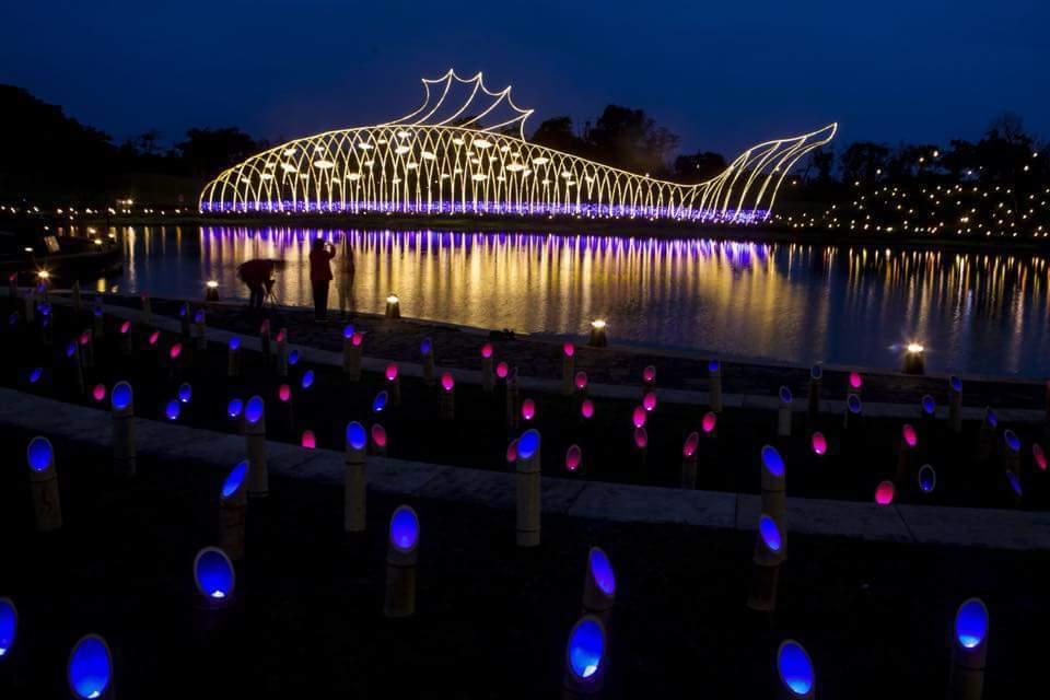 傳藝宜蘭園區打造讓人驚豔的年節大型地景,「魚耀隧道」閃耀放光,璀璨亮眼。圖/全聯...
