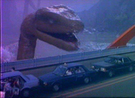 大蛇逼近大橋,車內乘客心驚驚。圖/摘自HKMDB