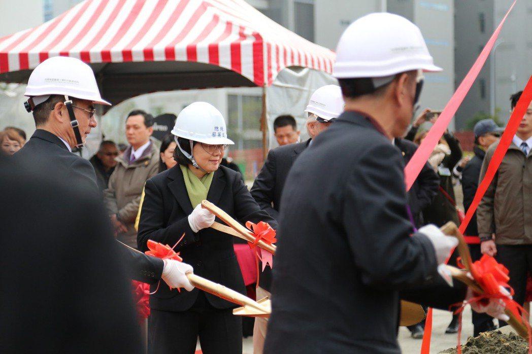 科技部與竹科管理局啟動第二生技大樓興建計畫,今天舉行動土儀式。預計2020年中啟...
