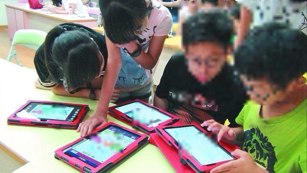 部分孩子因為過度使用網路,沈迷其中,而出現網路成癮症狀,家長務必謹慎以對。圖為示...