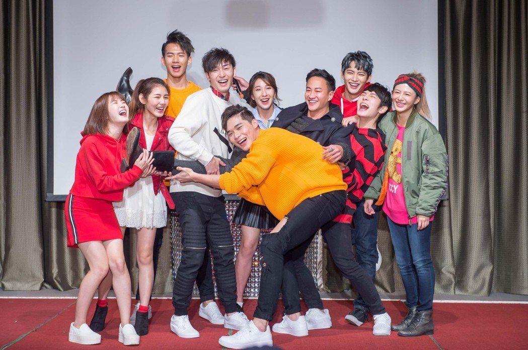 「翻牆的記憶」學生演員群將導演何潤東抬起。圖/TVBS提供