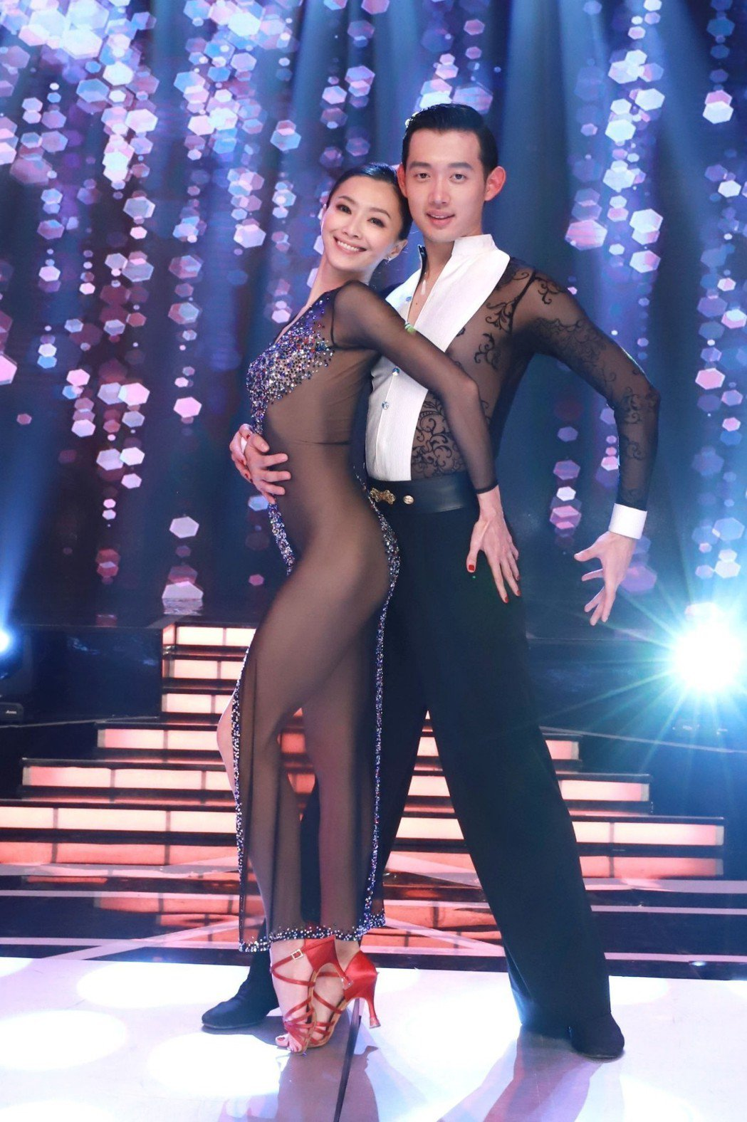 侯怡君(左)身穿透明舞衣,與男舞者激情共舞。圖/民視提供