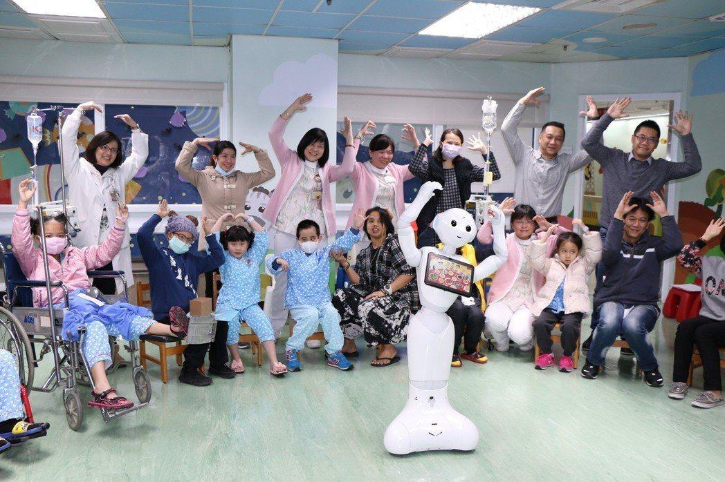 Pepper今天下午現身台北榮總兒童病房遊戲室,讓孩子又驚又喜,提前過新年。 圖...