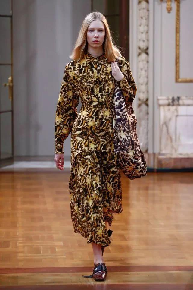 繭型輪廓的套裝、印花洋裝、長版大衣等配上寬版的腰帶,在一派自在輕鬆的氛圍裡束出身...