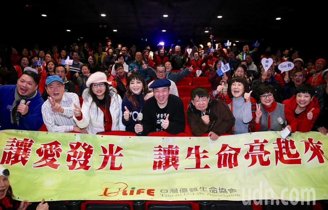 藝人康康(中)、王彩樺(左四)、劉福助(左二)、司馬玉嬌(右三)等人,包下西門絕