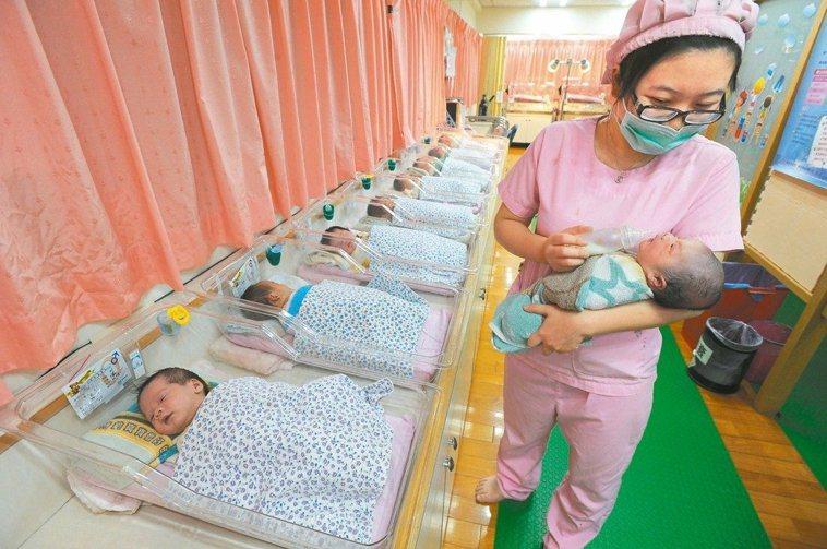 專家建議,預防嬰兒猝死症建議家長,一歲以下嬰兒盡量採取仰睡。本報資料照片