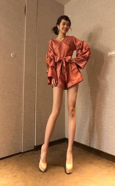 黃路梓茵(Lulu)因為小腿偏肉,獲封「Lulu腿」,但她近來身材消瘦不少,小腿早就不似從前健壯,她今在臉書貼出尾牙主持照,穿著褲裝的她大秀逆天長腿,她得意寫下「討M啦!這件褲裙真的很顯腿長!讚」,...