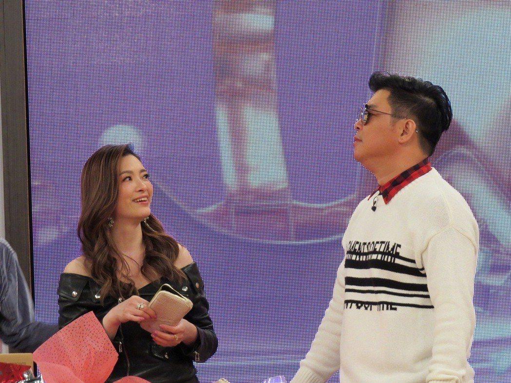 劉真(左)拿到一個尿斗,讓她哭笑不得。圖/衛視中文台提供