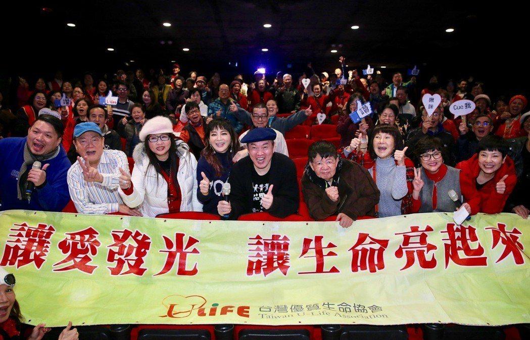 藝人康康(中)、王彩樺(左四)、劉福助(左二)、司馬玉嬌(右三)等人,包下西門絕...