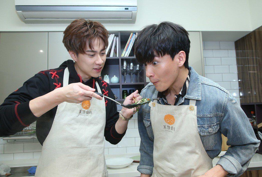 曹晏豪與劉書宏雙帥做年菜,有模有樣,合作無間。記者陳瑞源/攝影