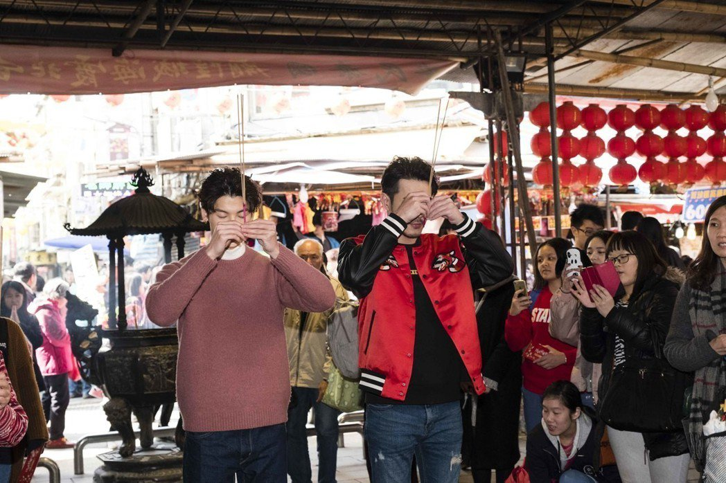 黃騰浩(右)與許光漢到霞海城隍廟拜拜祈福。圖/歐銻銻娛樂提供