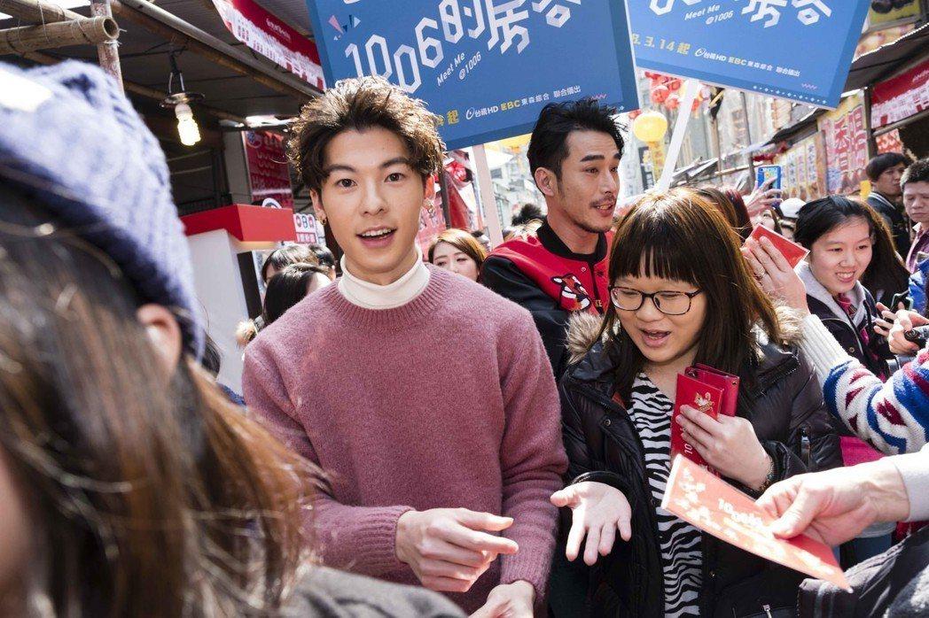 黃騰浩(後)與許光漢到年貨大街發送紅包袋。圖/歐銻銻娛樂提供