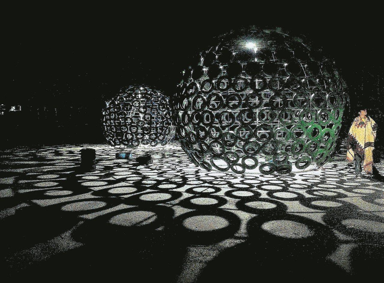 綠能藝術燈區作品「萌芽」用千條廢輪胎創作。 記者卜敏正/攝影
