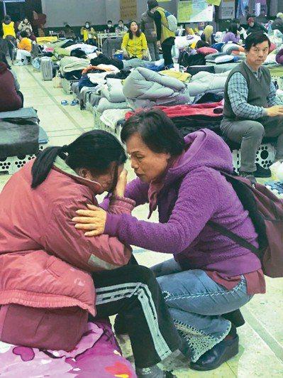 截至昨晚8時,小巨蛋、中華國小收容所人數有425人,有人仍難以接受失去家園的悲痛...