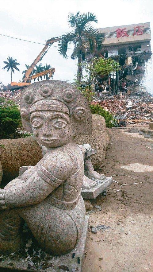 統帥飯店的石雕人偶被搬到對面空地,人偶背向飯店擺放,彷彿不願再面對地震災情。 記...