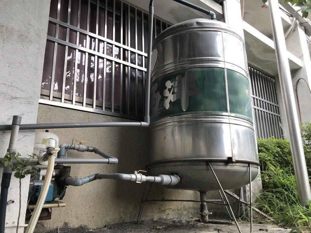 自來水公司呼籲管末地區民眾安裝間接加壓用水設備,在一樓平面水塔蓄水,滿水後再往上...