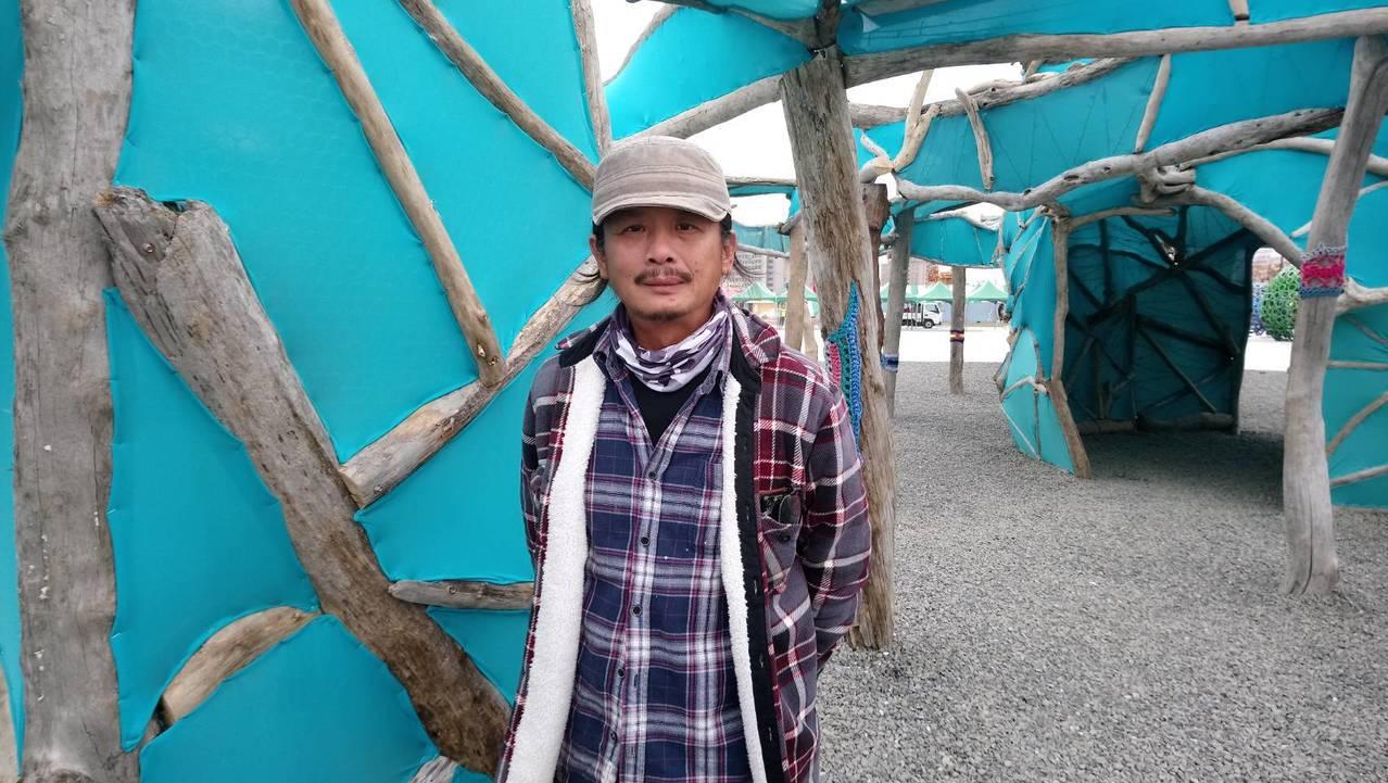 藝術家黃文淵收集漂流木,創作綠能藝術燈區作品「落雨」。 記者卜敏正/攝影 卜敏正