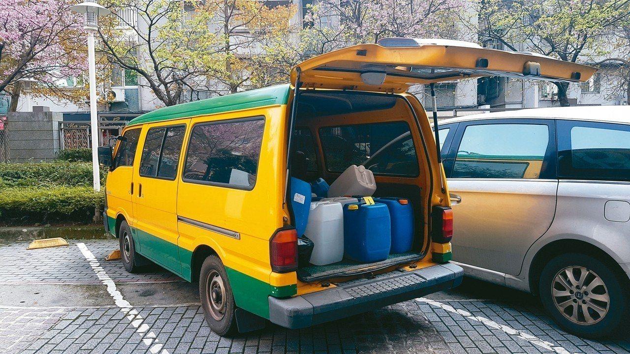 販毒集團從大陸輸入毒品原料,在台製造安非他命及K他命,還用娃娃車掩護送貨。 記者...