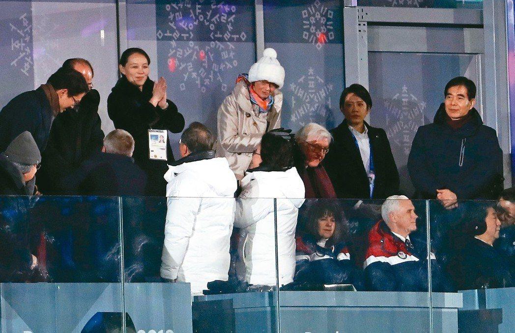 南韓總統文在寅夫婦(前穿白衣者)在九日平昌冬奧開幕式兩韓代表隊一起進場時,轉身和...