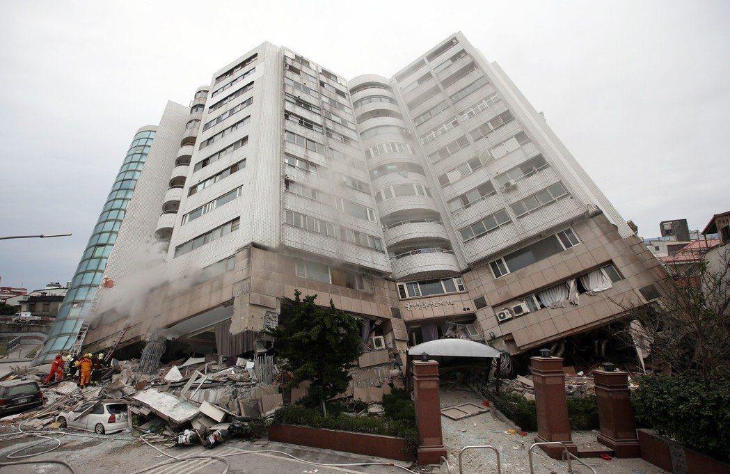 花蓮強震後,雲翠大樓倒塌,外界認為原因來自「軟腳蝦」。 記者杜建重/攝影