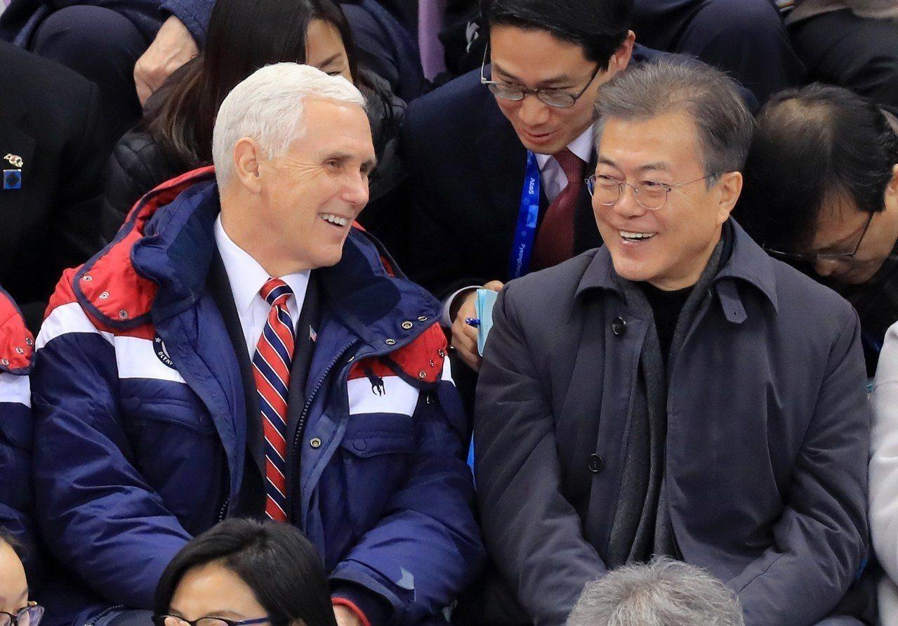 美國副總統潘斯(圖左)和南韓總統文在寅(圖右)10日一同觀賞冬奧短道競速滑冰比賽...