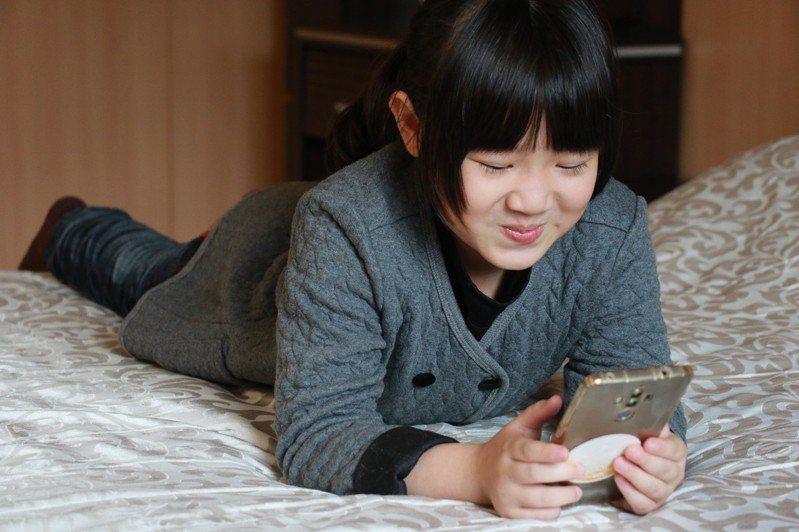 寒假期間,孩子常用手機App交友。 圖/台中慈濟醫院提供