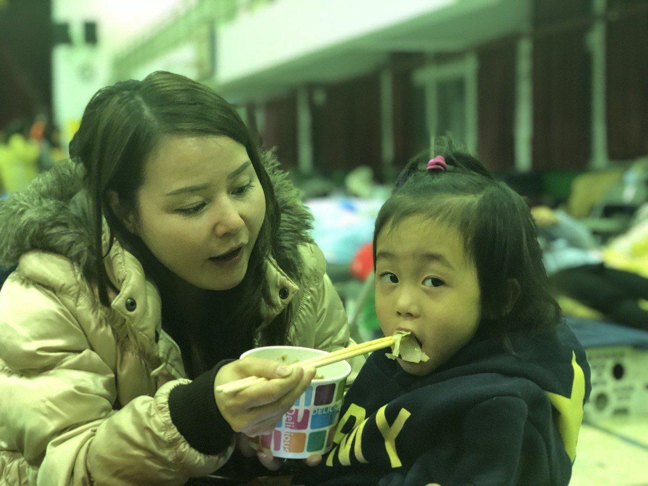 花蓮強震後,花蓮縣政府在小巨蛋、中華國小開設收容所,晚餐時間,有人吃著愛心餐,也...