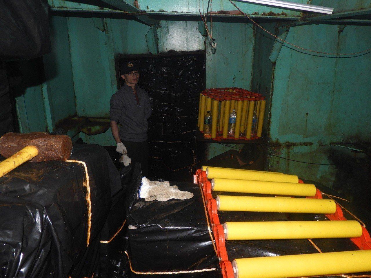 東瓏九號工程船在密艙藏放一千七百多箱未稅菸,仍被專案人員識破起獲。 圖/海岸巡防...