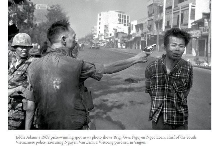 美聯社記者一九六八年在西貢街頭拍到越南警政署長當街掏槍處決越共嫌犯的照片,此畫面...