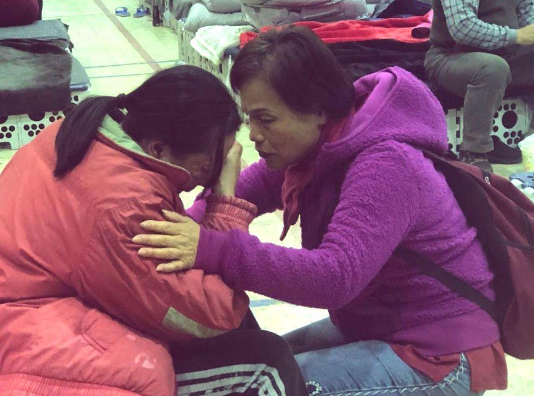 花蓮震災收容所,有人仍難以接受失去家園的痛,和朋友邊聊天邊掉淚。 記者王慧瑛/攝...
