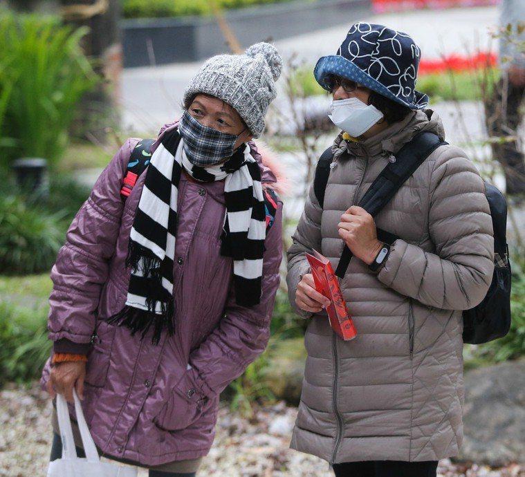 民眾外出時口罩、大衣、圍巾不離身。本報資料照/記者黃仲裕攝影