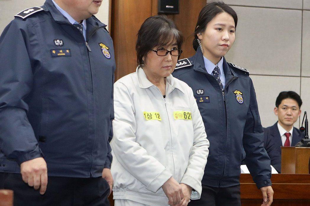 南韓前總統朴槿惠的閨密崔順實(圖)干政案今天宣判,崔順實被判20年徒刑。路透