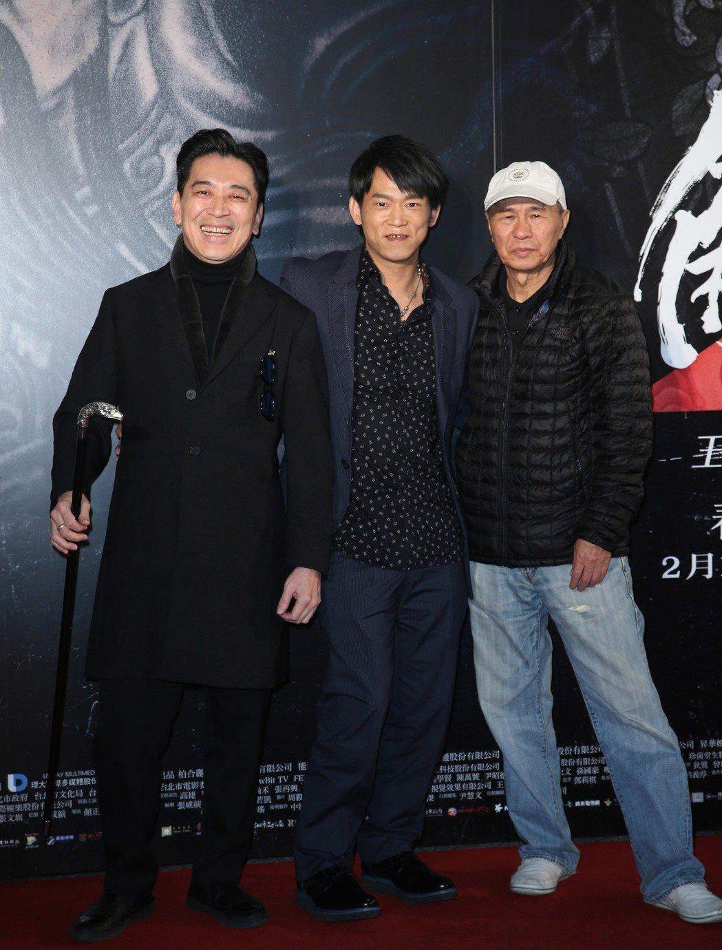 高捷(左起)、導演顏正國、侯孝賢出席電影「角頭2」首映會。記者陳瑞源/攝影