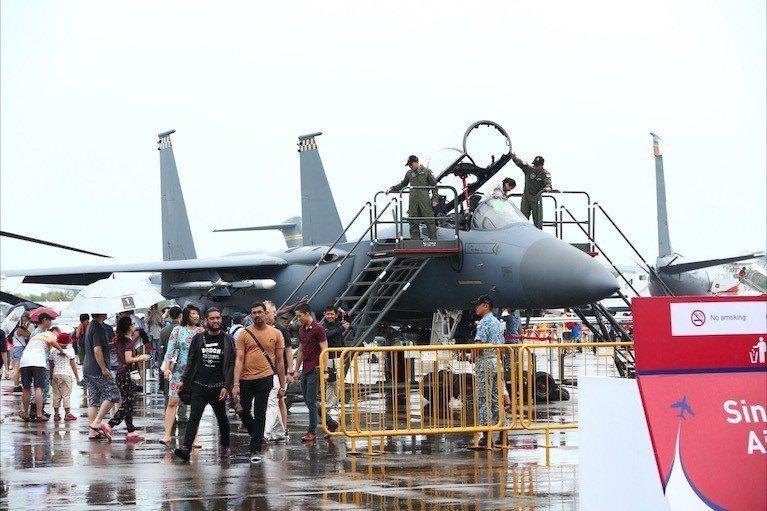 民眾參觀星國的F-15戰機。圖/引自新加坡航空展官網