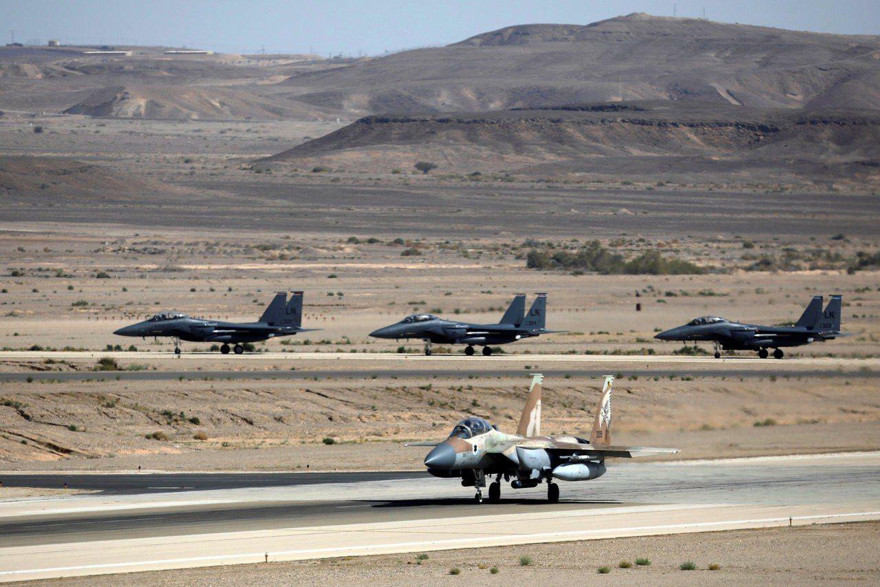 以色列F-15戰鬥機(前)與美軍F-15戰鬥機(後)去年五月在一次聯合軍演中同時...