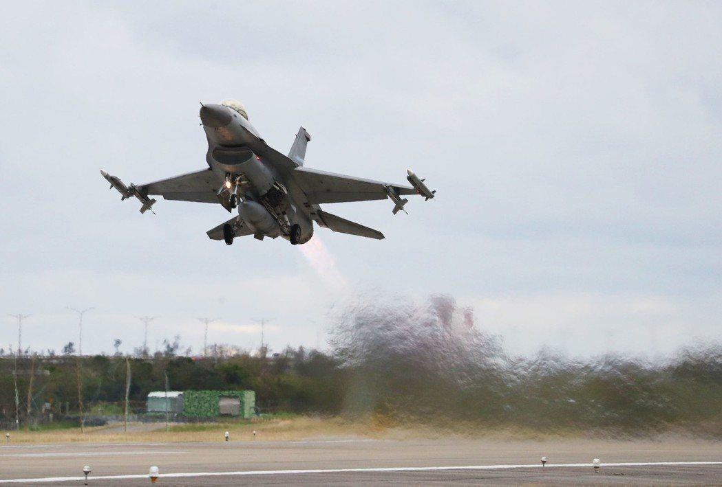 空軍第七飛行訓練聯隊上月在台東志航基地舉行聯合作戰操演,進行F-16型戰機戰備整...