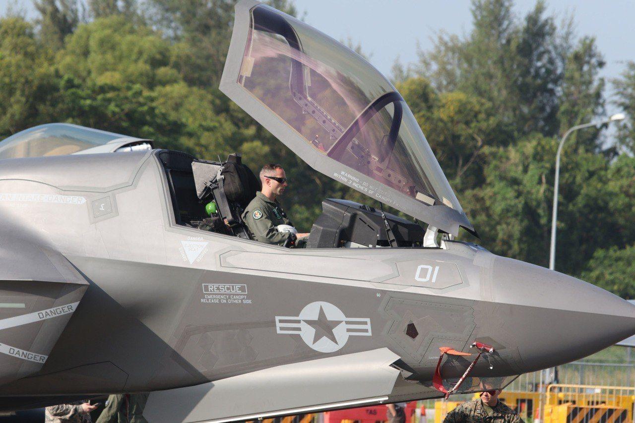 美國F-35B戰機六日首度在新加坡航展亮相,成為關注焦點。 中央社