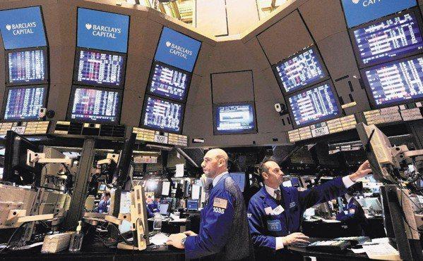 美股跌10%後進場投資的報酬率,近三月6%,近六月12%,近一年達18%。 本報...