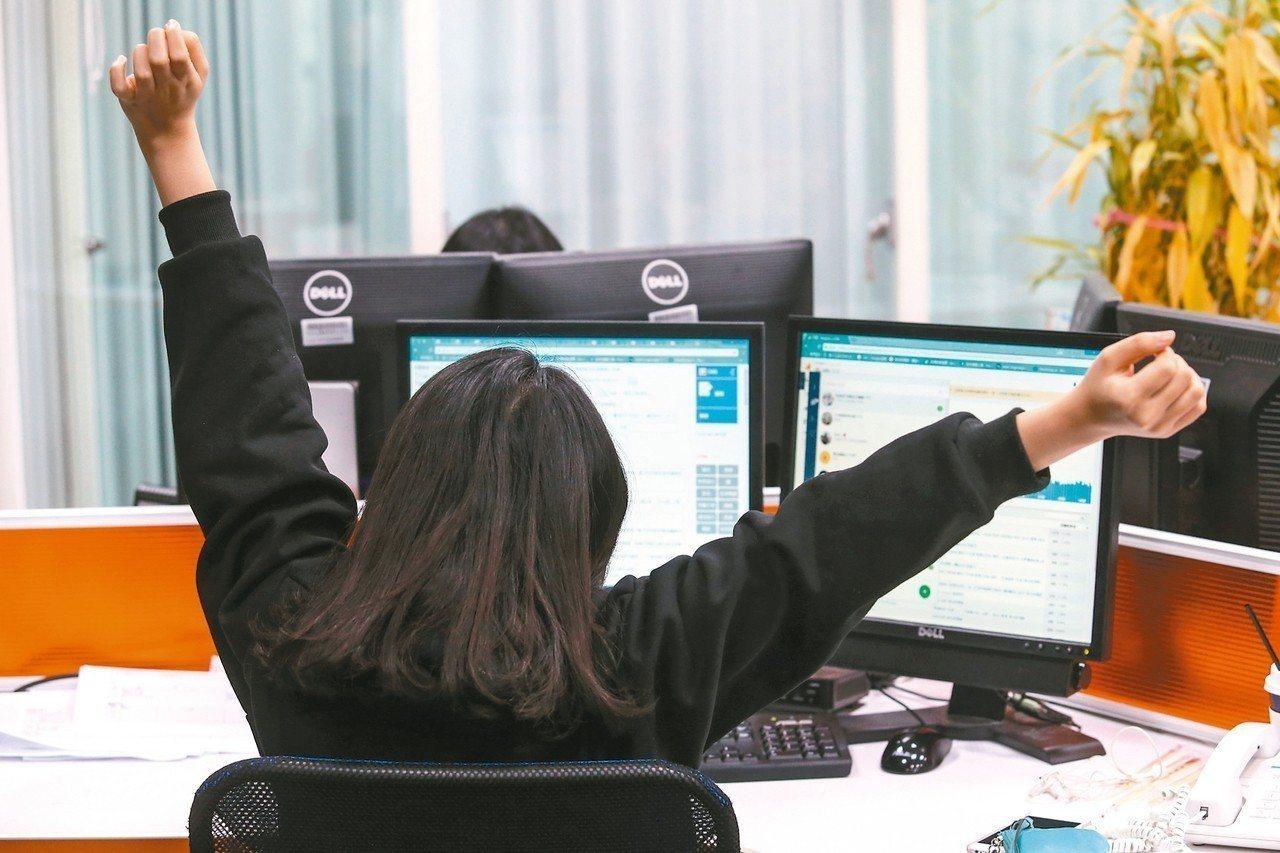為避免企業濫用七休一、縮短輪班間隔例外情形,勞動部也將建立查詢專區,上網公開向地...