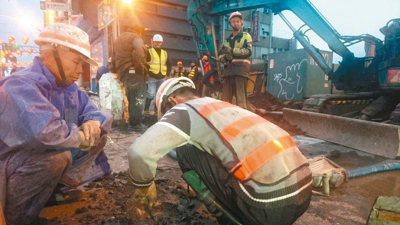 地震過後,花蓮市上千居民無水可用,自來水公司日以繼夜搶修。 記者陳俊智/攝影