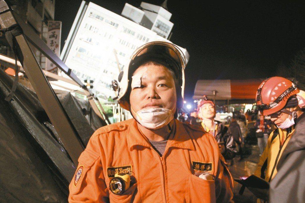 義消顏勝裕地震發生後馬上就換裝支援,連忙3天才回家處理家中災情。 記者陳俊智/攝...