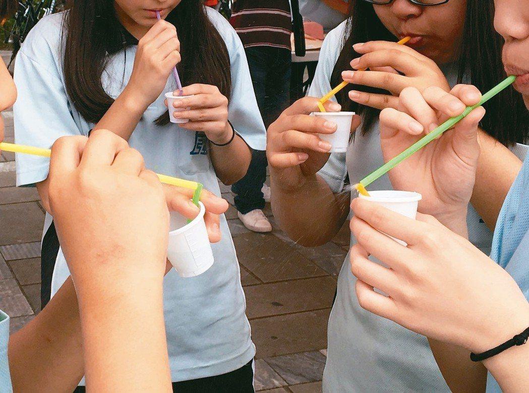 避免環境汙染,民眾應少用一次用塑膠吸管。 圖/聯合報系資料照