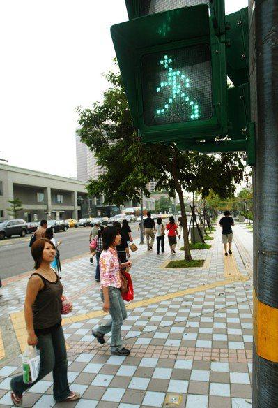 位於台北市信義區松壽路與松智路口的小綠人交通號誌,是最早設置的小綠人。 圖/聯合...