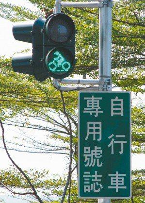 屏東縣政府在自行車步道設立獨步全球的自行車專用號誌。 屏東縣政府/提供