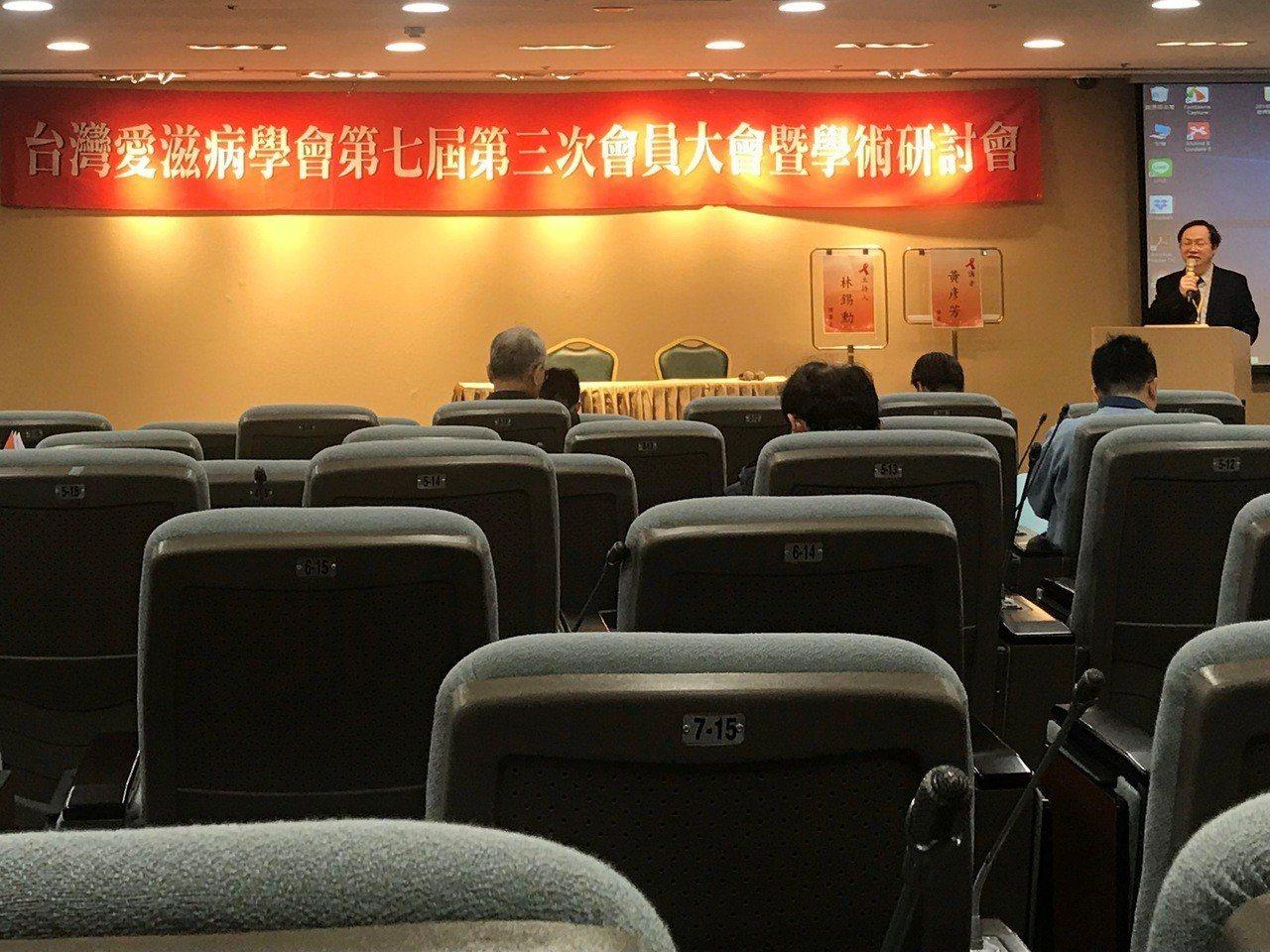 台灣愛滋病學會日前舉辦年度學術大會,國內國外愛滋防治專家學者齊聚一堂,希望早日達...
