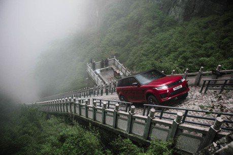 (影音)「路虎」挑戰「神龍之路」!Land Rover挑戰張家界天梯 坡再陡 無懼!