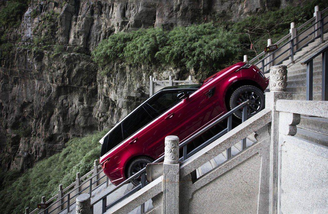 45度的坡可不是開玩笑的。 摘自Land Rover