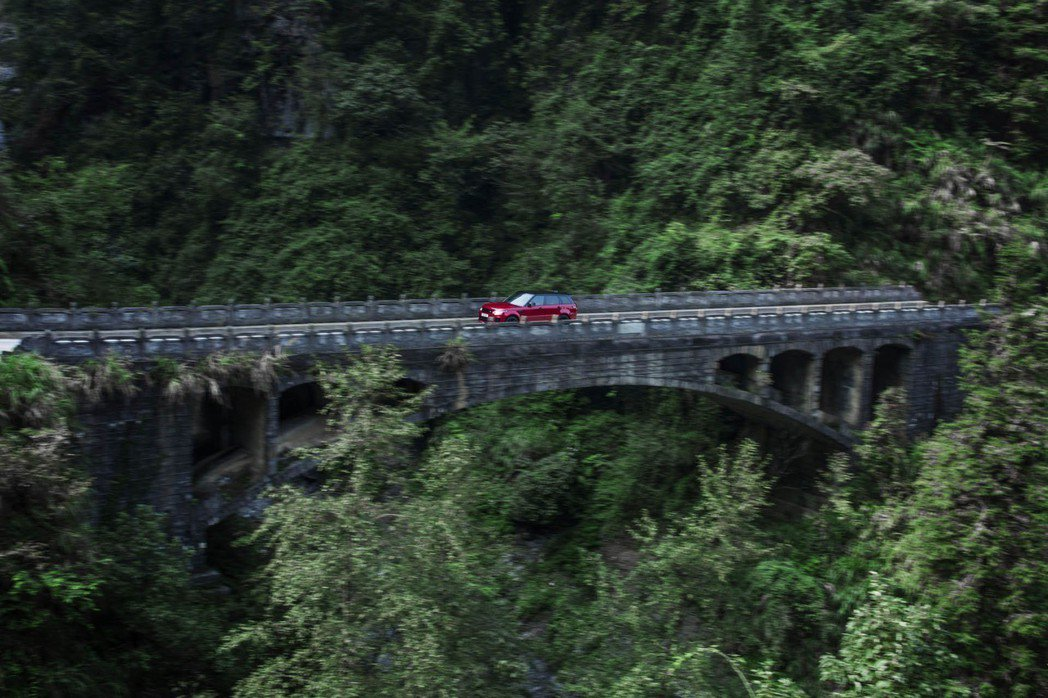 Range Rover Sport P400e 在山路毫不費力。 摘自Land ...