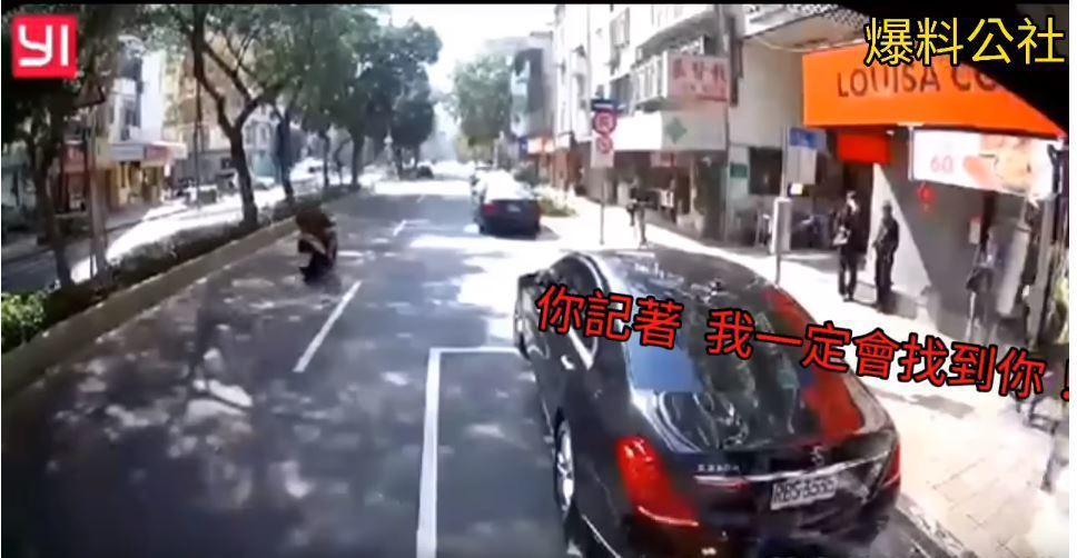 有一名公車司機遇到一輛賓士車違停,想不到竟遭對方上車嗆聲,還威脅說「你記著,我一...